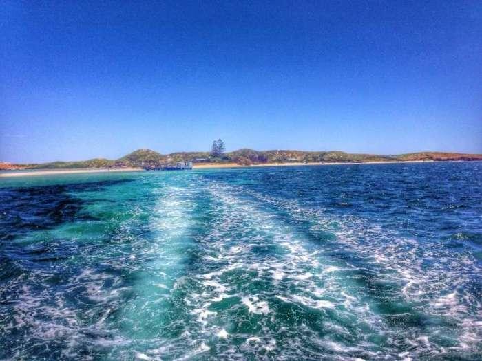 Im Stundentakt setzt ein Boot die Besucher zur Insel über