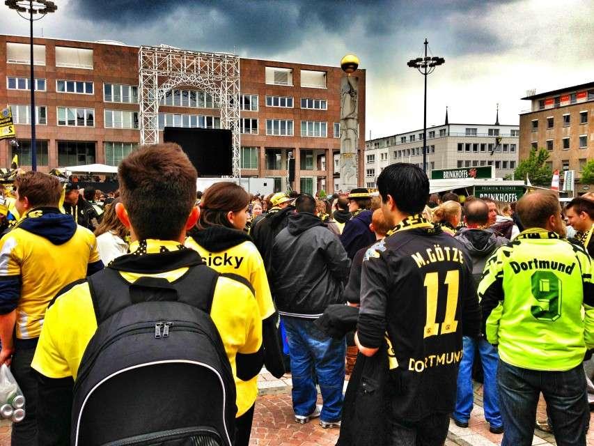 Fans auf dem überfüllten Dortmunder Friedensplatz vor dem Public Viewing