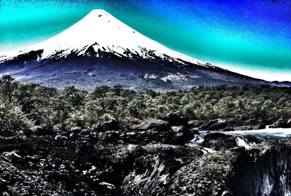 Osorno - im Vordergrund: Stromschnellen von Petrohue