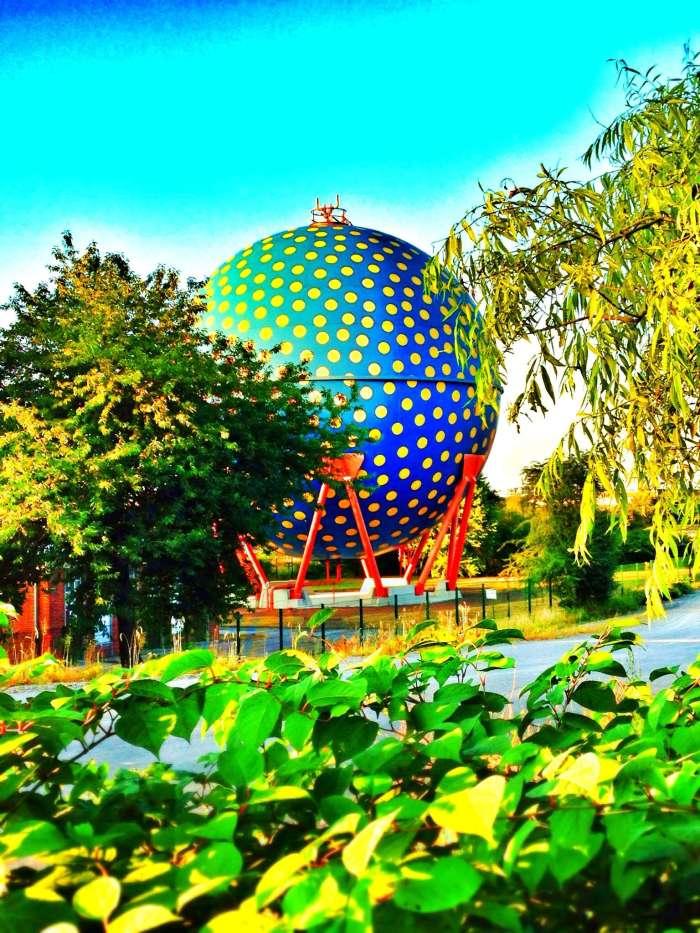 """Gasbehälter """"Der Ball"""", gestaltet von Rolf Glasmeieram am Rhein-Herne-Kanal"""