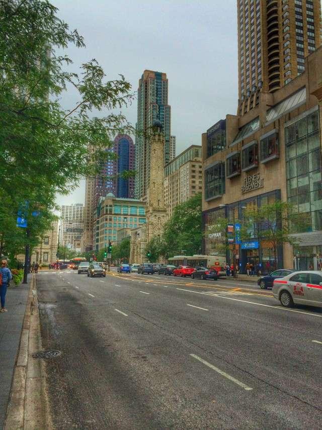 Die Magnificent Mile sieht wie eine normale Straße aus. Den Unterschied machen die Shops