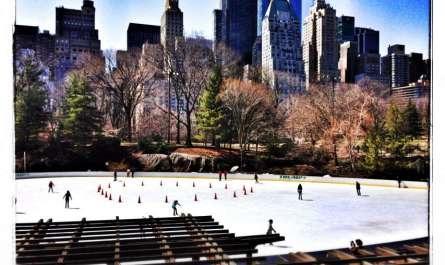 Schlittschuhläufer auf einer Eisfläche im Central Park in New York