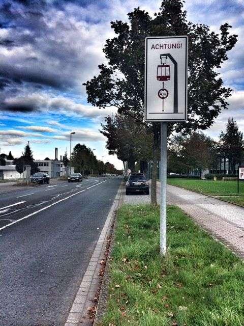 Schilder warnen LKW-Fahrer vor der H-Bahn-Strecke