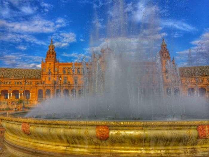 Springbrunnen vor dem Gebäude