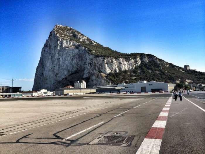 Blick über die Landebahn auf den Felsen von Gibraltar