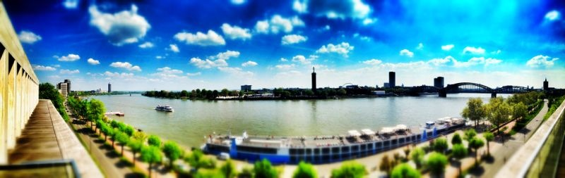 Köln-Panorama mit Kreuzfahrt-Schiff