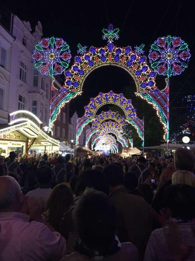 Lichtbögen auf dem Un(n)a Fest Italiana