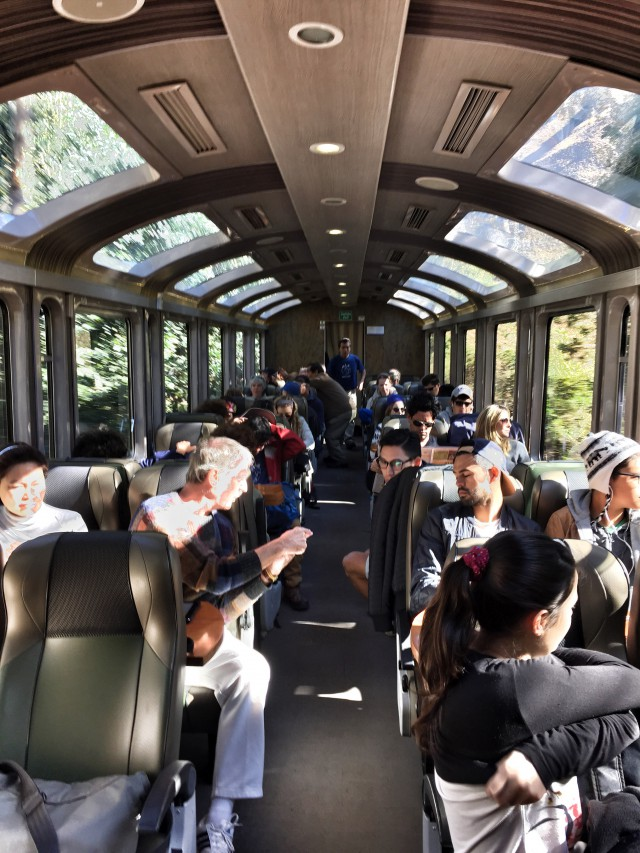 Ein Panorama-Zug fährt nach Machu Picchu