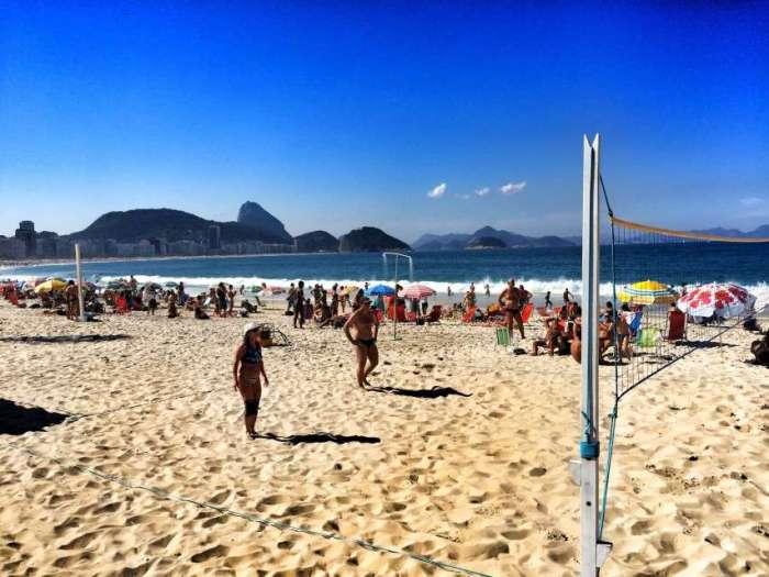 Freizeitsportler beim Beach-Volleyball an der Copacabana