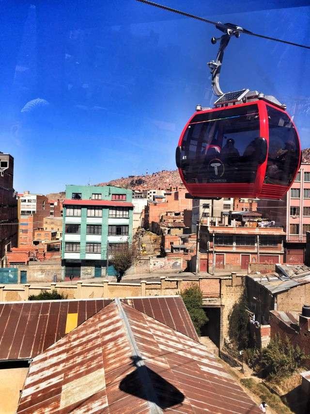 Die Seilbahn schwebt über La Paz
