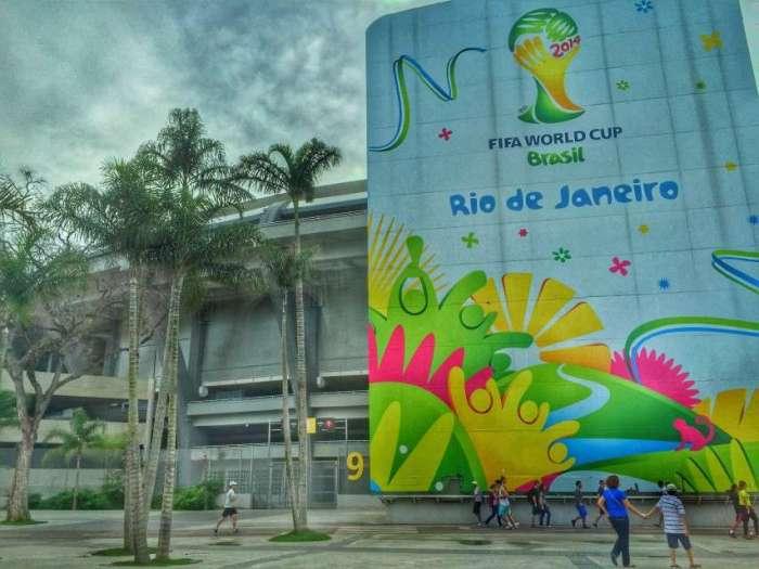 Noch hängen die Plakate der WM 2014 vor dem Endspiel-Stadion