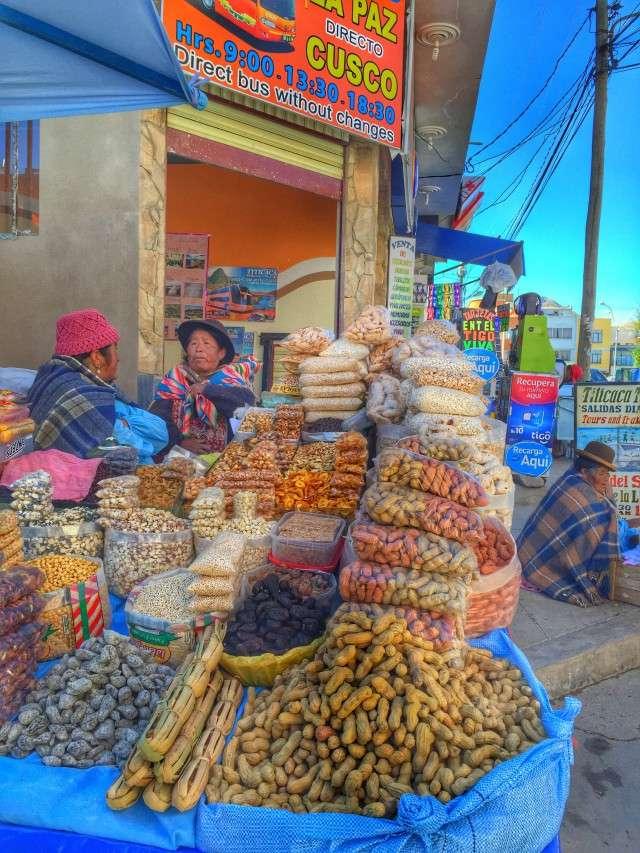 Buntes Treiben vor einem Geschäft am Markt