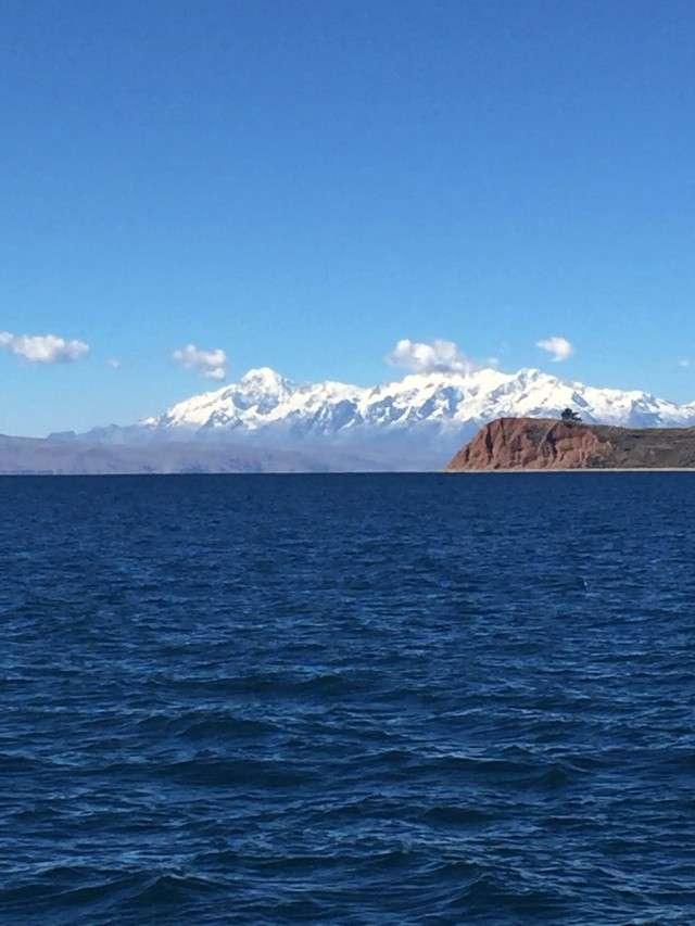 Blick vom Titicaca-See auf die Anden in Bolivien