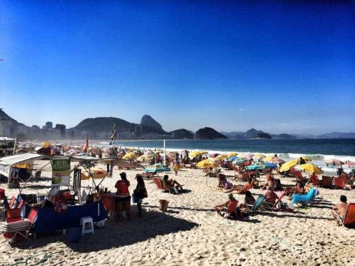 Buntes Treiben am Strand der Copacabana