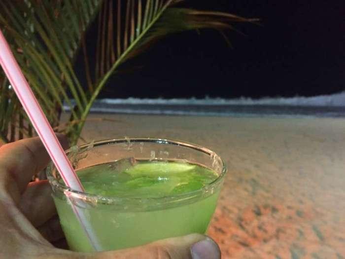 Eine Caipirinha in einer Strandbar an der Copacabana