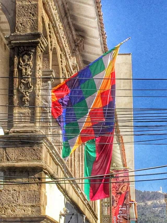 Die neue karierte bolivianische Flagge