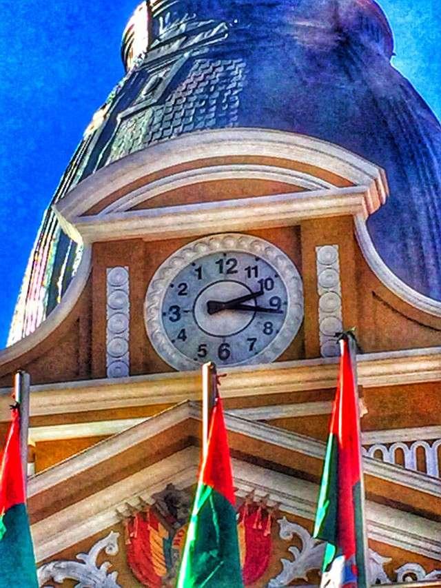 Die Uhren am Parlament in La Paz gehen linksrum
