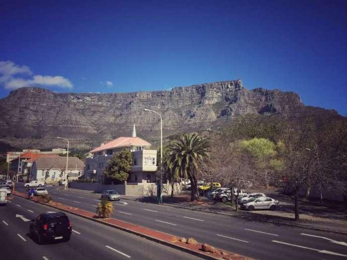 Linksverkehr vor dem Tafelberg