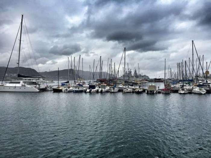 Der Hafen von Simon's Town - im Hintergrund: Kriegsschiff