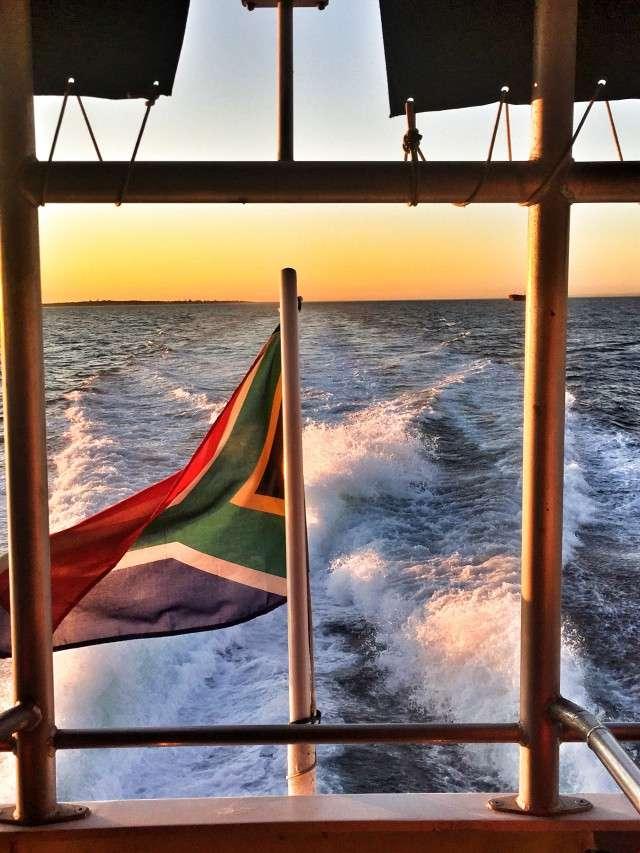 Ein Schnellboot fährt zu Robben Island