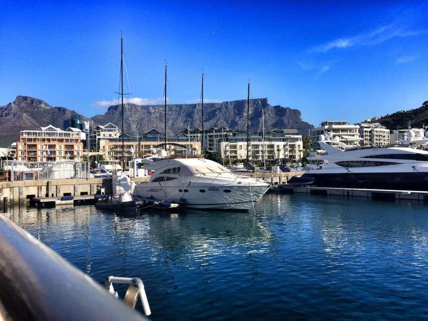 Yachten im Hafen, im Hintergrund: Eigentumswohnungen an der Waterfront