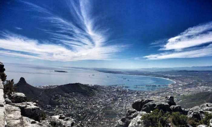 Blick vom Tafelberg auf die Bucht bei Kapstadt