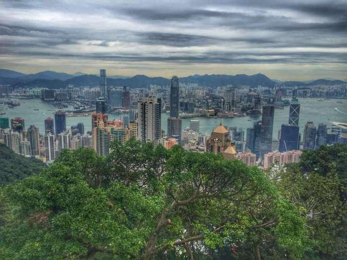 Blick auf die Skyline (vorn: Hongkong Island, hinten: Kowloon)