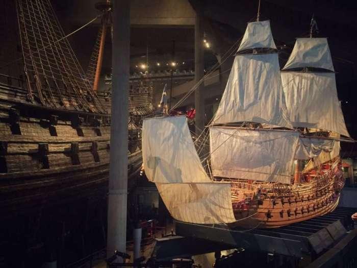 Modell der Vasa neben dem Originalschiff im Museum