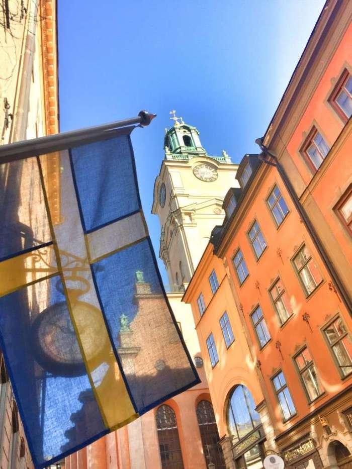 Die schwedische Flagge an einem Haus in der Altstadt von Stockholm