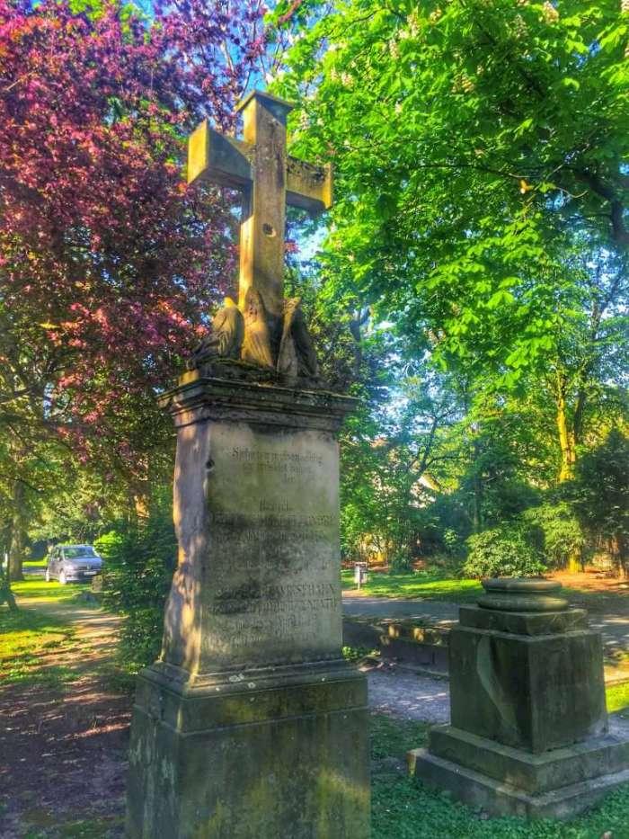 Im Westpark gibt es noch zahlreiche Grabsteine
