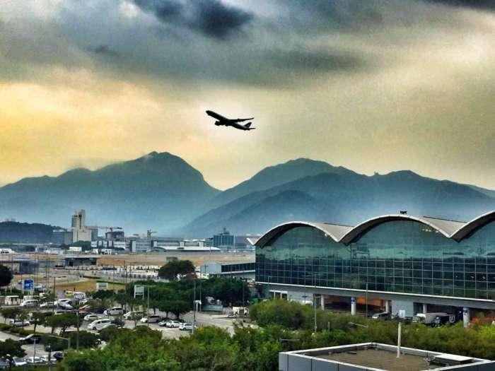 Startendes Flugzeug am Flughafen in Hongkon