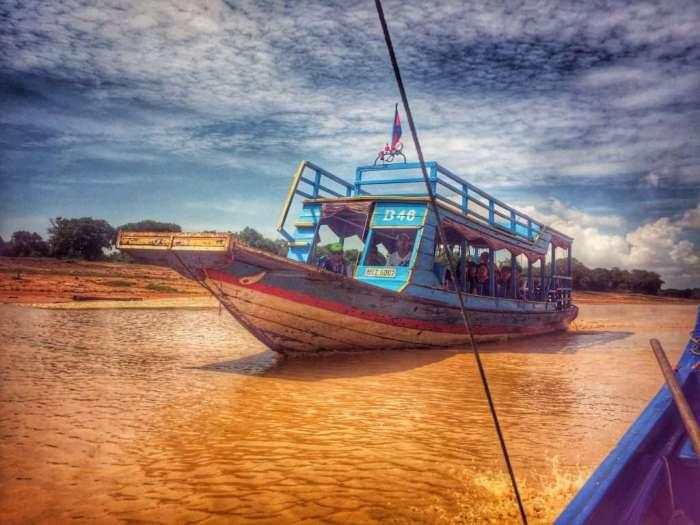 Großes Boot für Touristen auf dem Weg zum schwimmenden Dorf