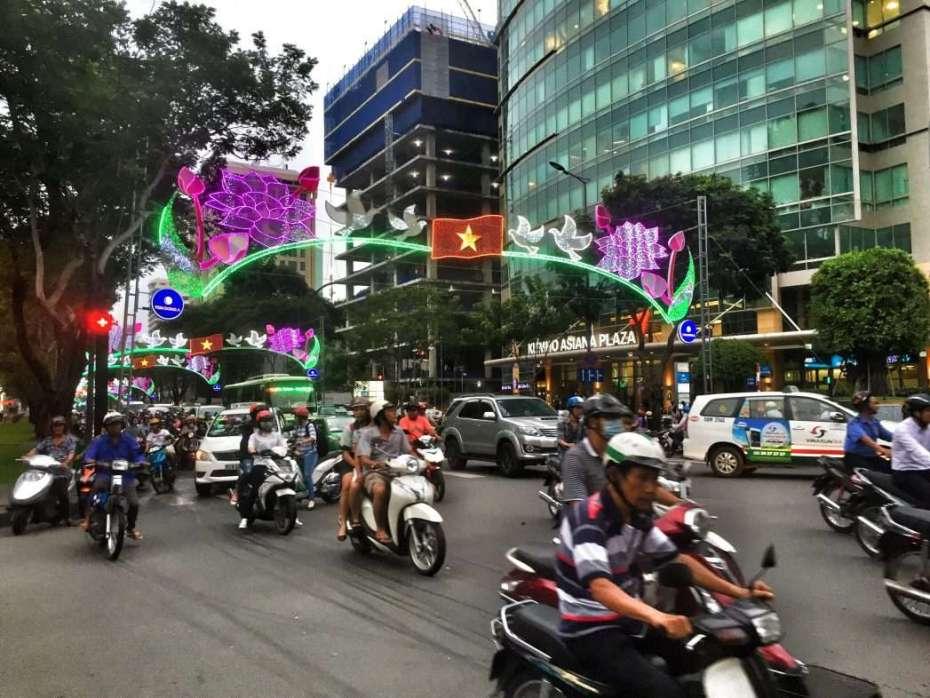 Roller und Mopeds beherrschen die Straße