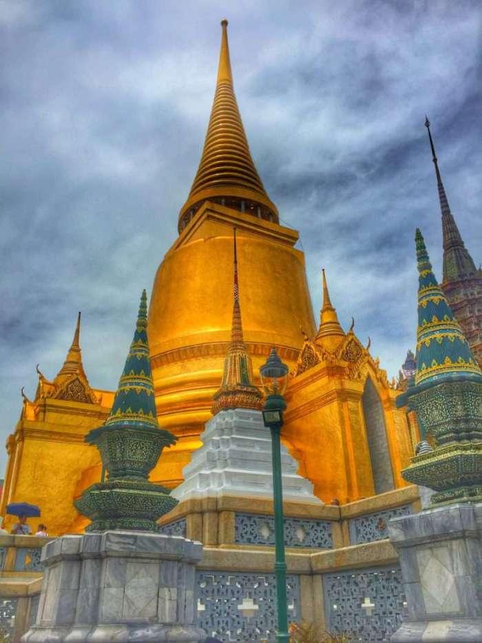 In der Palastanlage glänzt es immer wieder golden - so wie hier vor dem Tempel