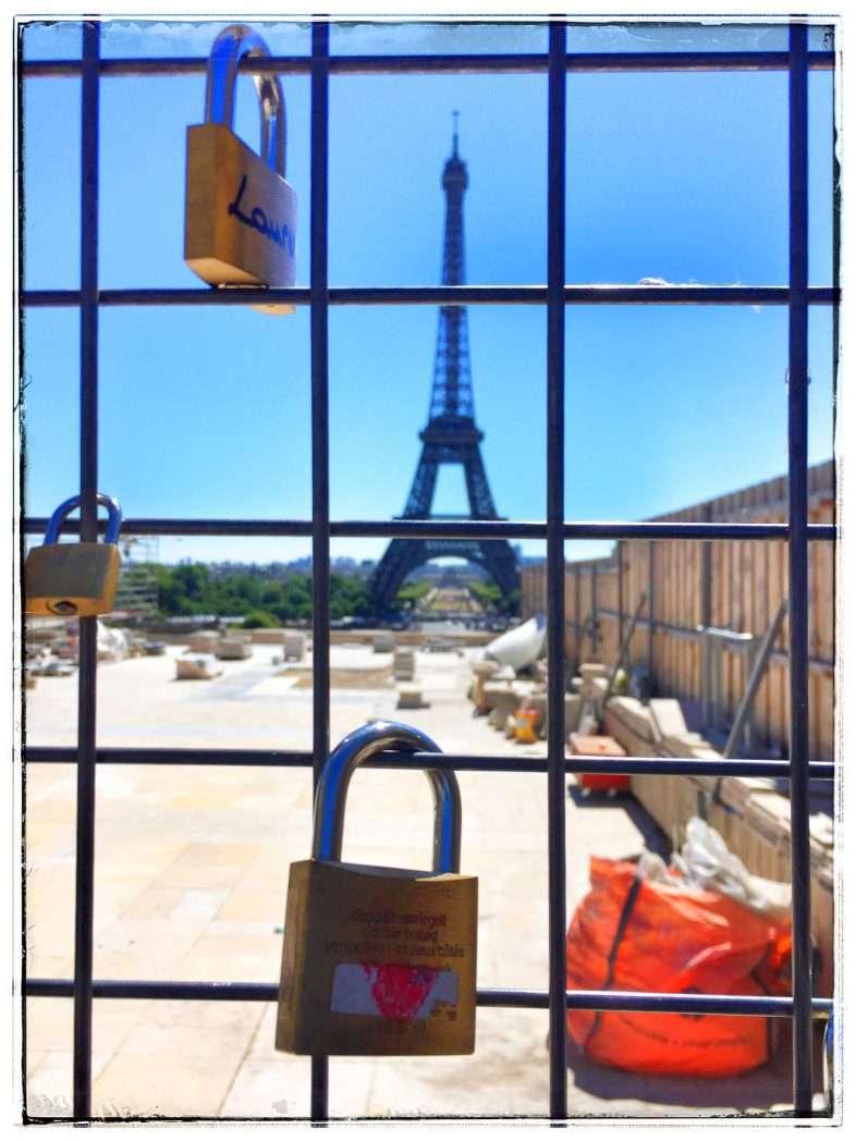 Liebesschlösser mit Blick auf den Eiffelturm