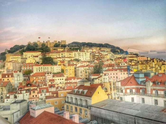 Blick von einer Skibar auf die Altstadt und die Burg