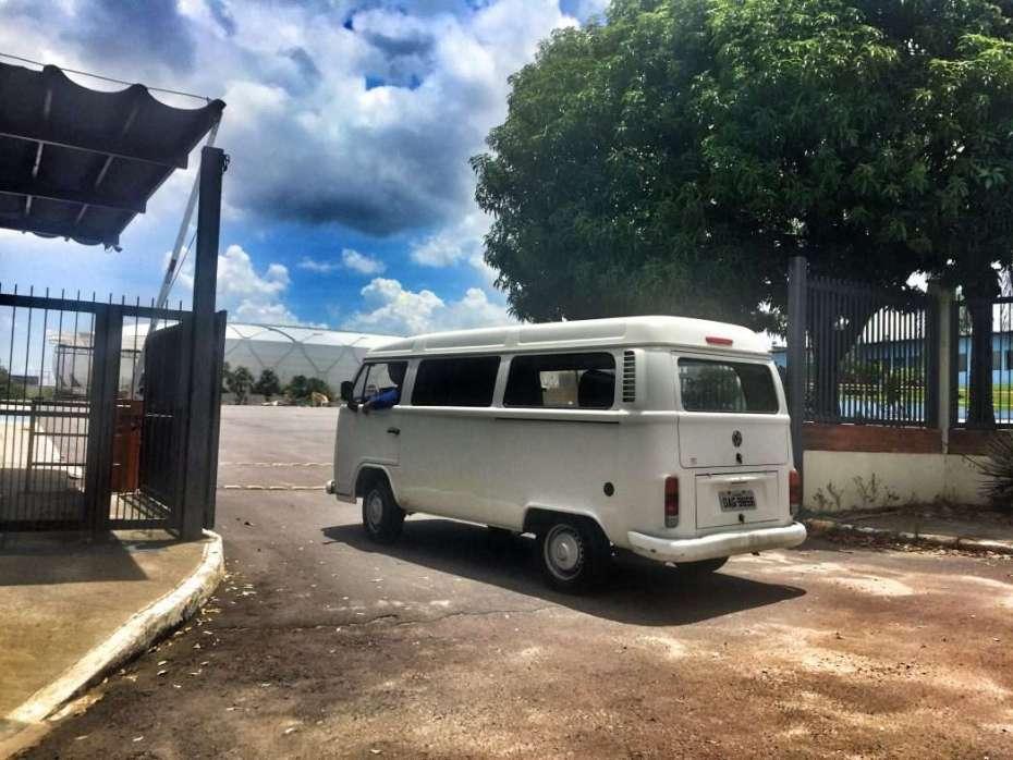 Ein Bulli vor der Amazonia-Arena in Manaus