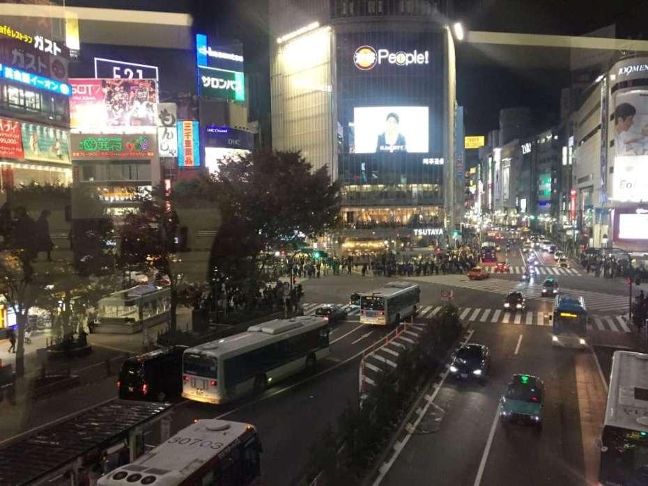 Blick aus dem Bahnhof Shibuya auf die belebte Kreuzung
