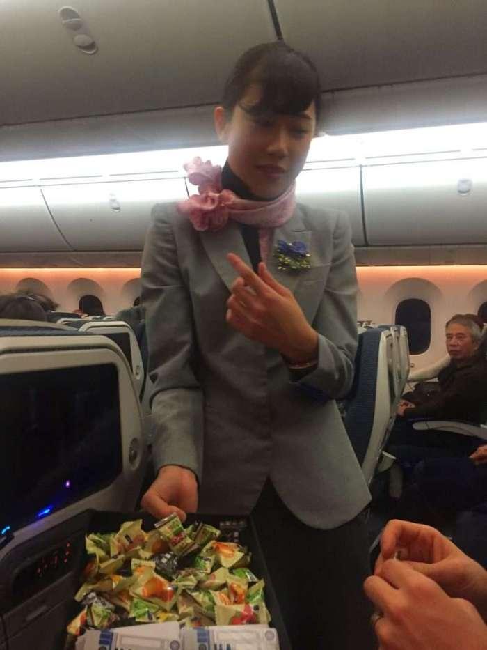 Die Stewardessen tragen eine Star-Wars-Uniform