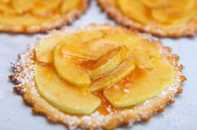 mini french apple tarts