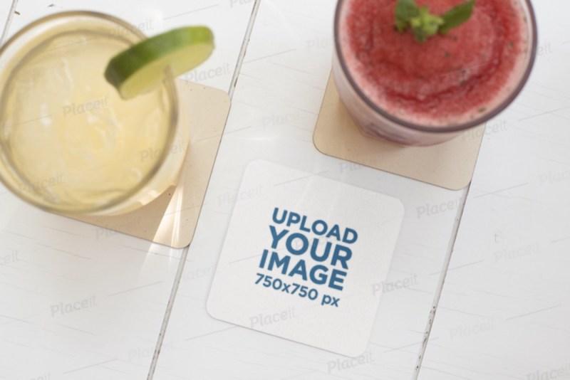 maqueta de montaña rusa con dos bebidas