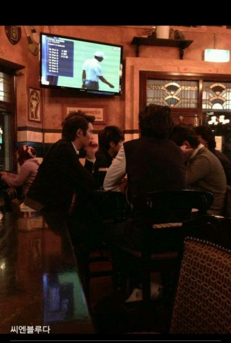 130602 CNBLUE were spotted filming at a pub the other day in Sydney