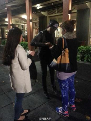 130603 Jungshin signed for fans in SYD