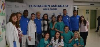 Jugadores del Málaga C.F. visitan a los niños y niñas del Hospital
