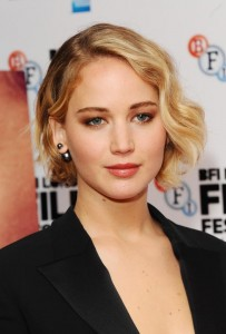 Jennifer Lawrence con piercing perlas