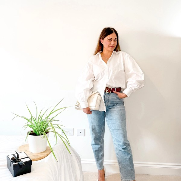 White shirt and blue jeans – The off-duty model look.