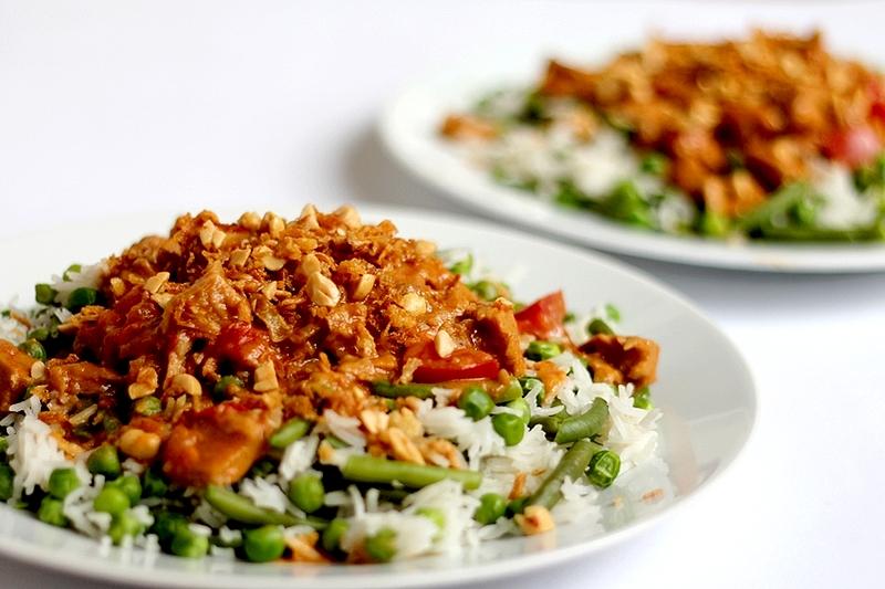Recept: Pittige vegan pindakip met rijst en groenten