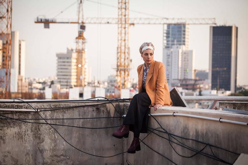 """רוצה להתפלל, רוצה לריב: אלקנה כהן על """"שמונה שורות"""", אלבום הבכורה של נעמי חשמונאי"""