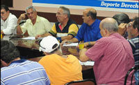 Directivos del béisbol cubano...con Higinio Vélez (al frente, camisa amarilla) como Comisionado Naciona