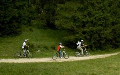 Talfahrt der Combe Tabeillon mit dem Trottinett – die CJ (Chemins de Fer du Jura)